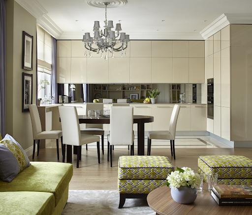 Інтер'єр вітальні в американському стилі зі столиком