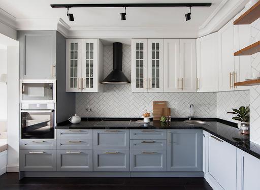 Кухня в американському стилі з меблями уздовж стіни