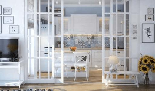 Американская кухня с прозрачной дверью