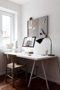 Настольная лампа в домашнем кабинете