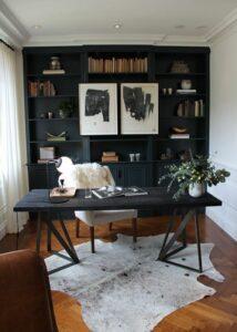 Широкий стол для домашнего кабинета